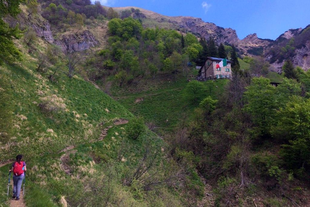 un'escursionista si accinge a percorrere gli ultimi metri di sentiero che conducono al rifugio elisa da rongio