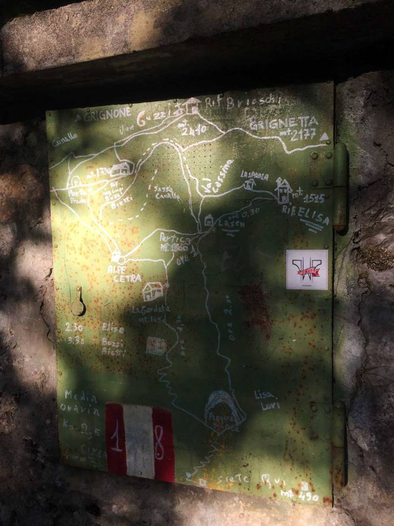 Una mappa dei sentieri del versante nord-ovest della Grgina Settentrionale disegnata su una porta di ferro