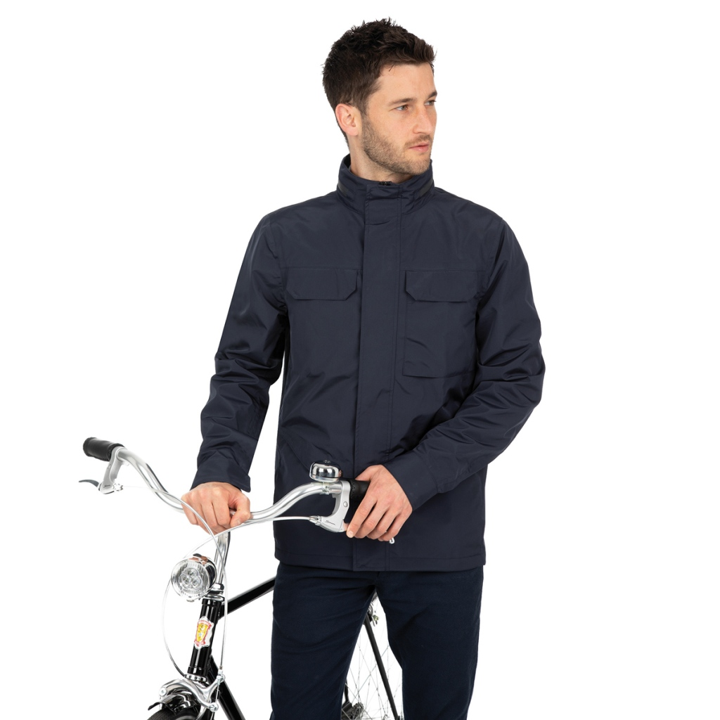 in foto un ciclista urbano indossa una giacca impermeabile antipioggia tucano urbano collezione tubike