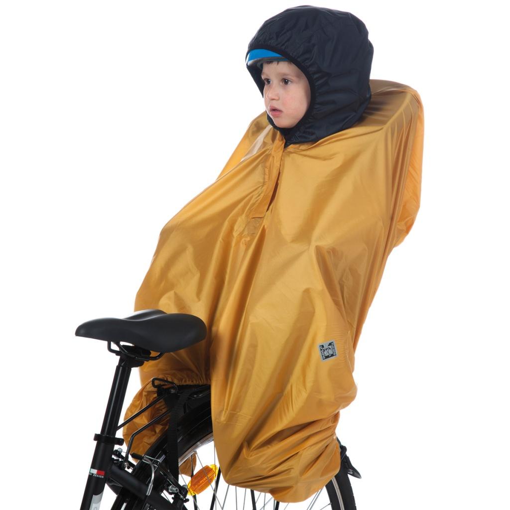 un bambino seduto sul seggiolino della bicicletta è riparato dalla pioggia grazie al copri-seggiolino impermeabile opossum tucano urbano