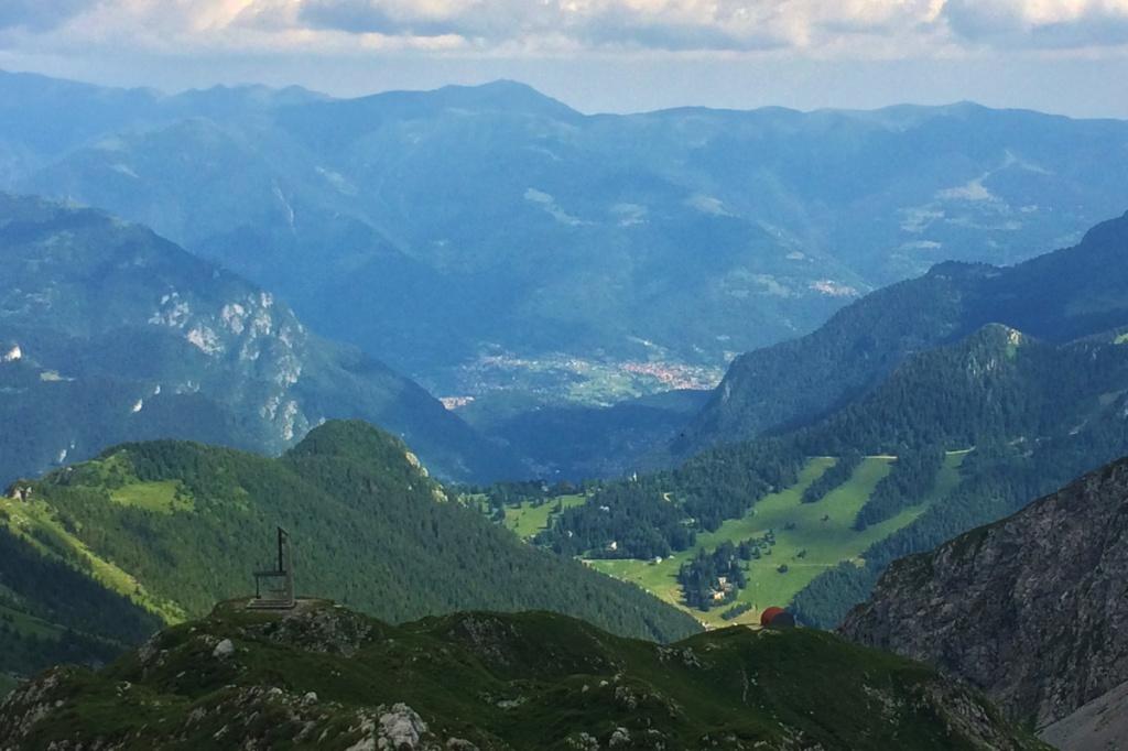 panorama sulla val seriana con il bivacco città di clusone e la cappella savina