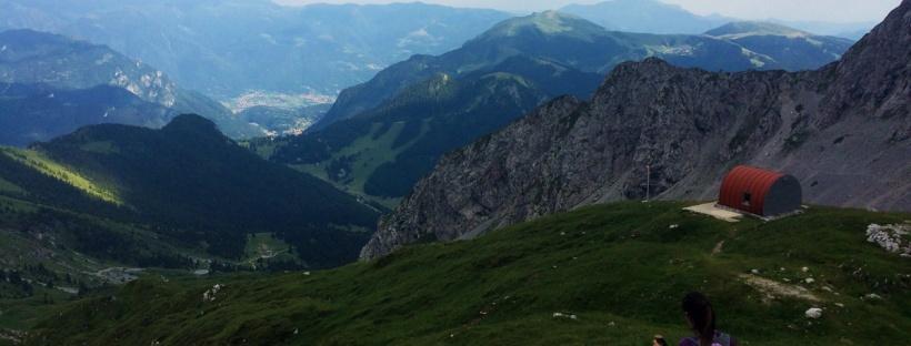 un escursionista raggiunge il bivacco città di Clusone in Presolana