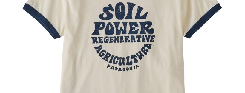 in foto una t-shirt patagonia con scritta soil power regenerative agricolture