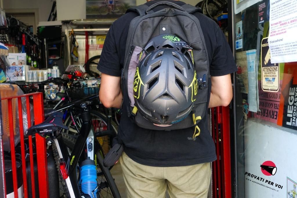 un ciclista indossa lo zaino da bicicletta smart pack di tucano urbano