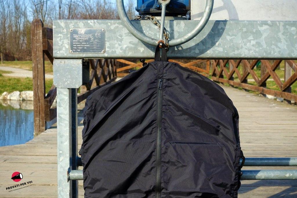 una custodia porta abiti antipioggia per bicicletta fotografata all'aperto al parco della rosa camuna a lainate