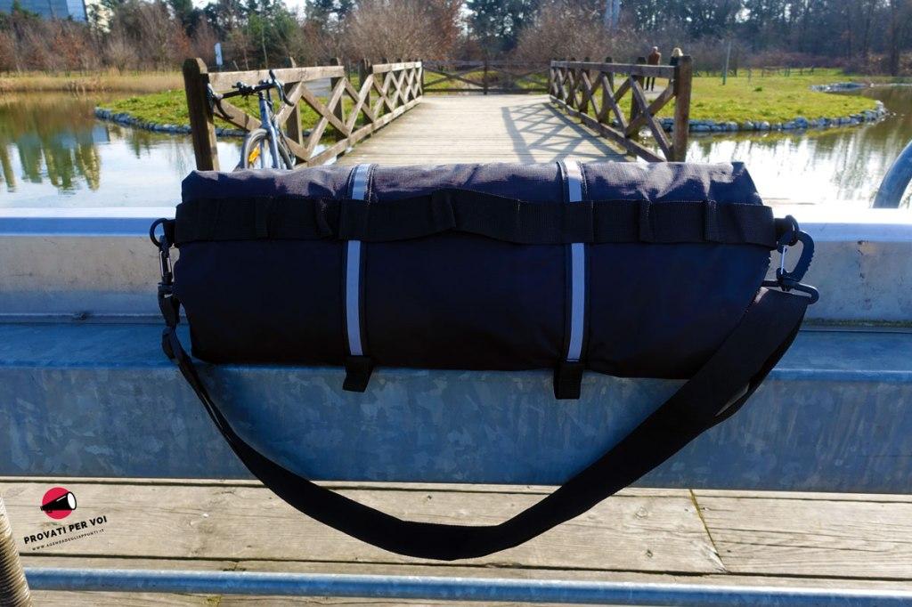 una custodia porta abiti impermeabile per bicicletta fotografata all'aperto al parco della rosa camuna a lainate