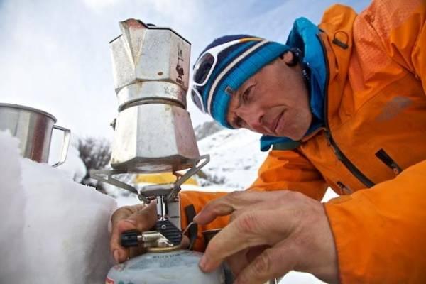 simone moro alpinista arrampicatore prepara un caffè sul nanga parbat
