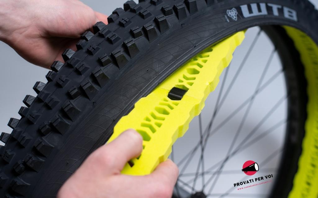 in foto la fase del montaggio dell'inserto per la salvaguardia del cerchio mtb all'interno del pneumatico