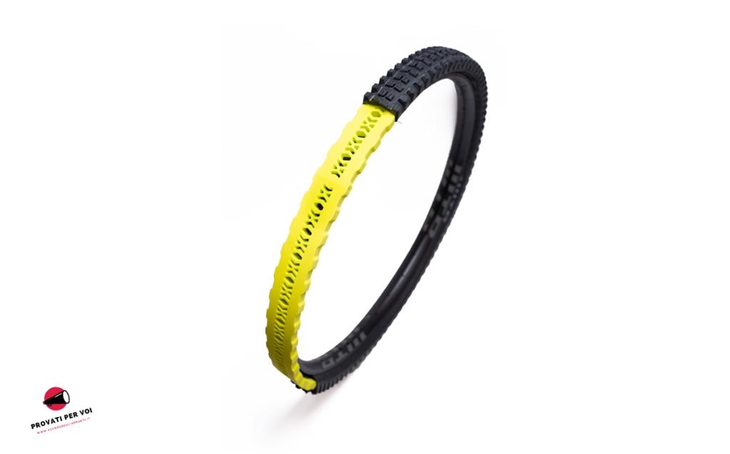 un render fotografico mostra come di posiziona all'interno del pneumatico un inserto utile a salvaguardare il cerchio di una bicicletta