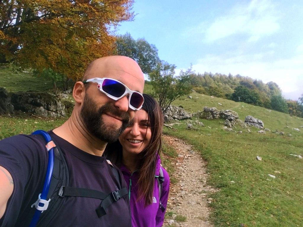 due escursionisti sorridono lungo il sentiero della traversata bassa delle Grigne che collega i piani dei resinelli con l'Alpe Cova al Pialeral