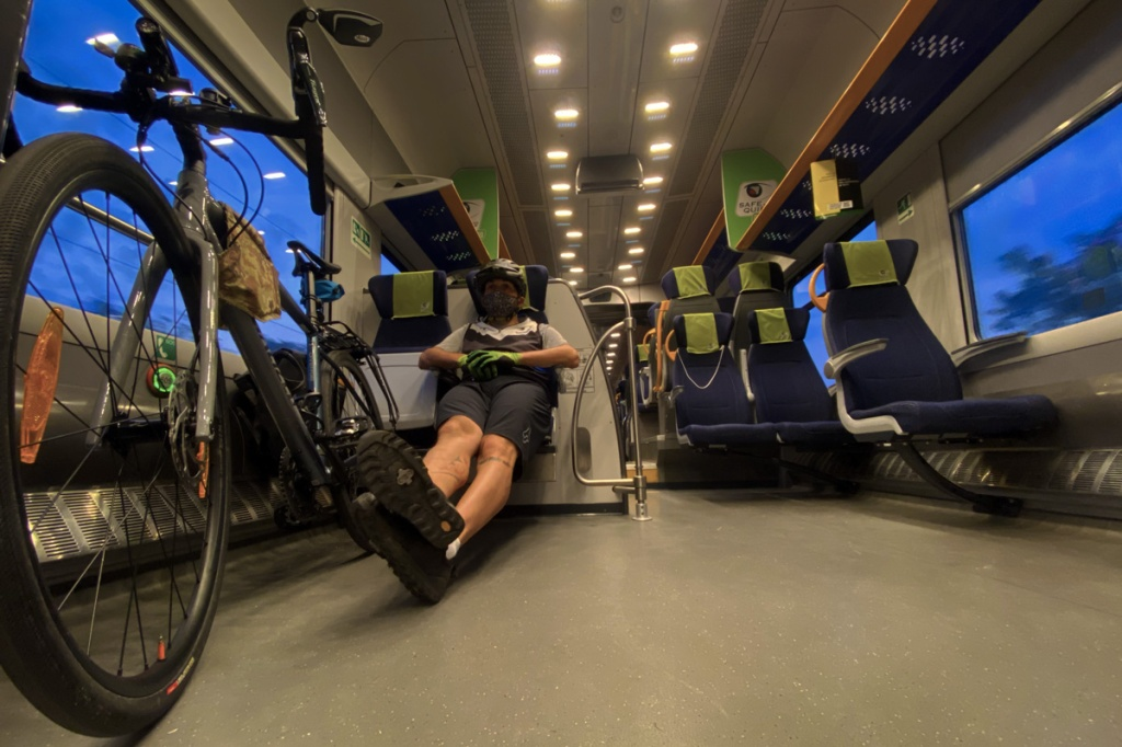 un ciclista pendolare con la sua bicicletta gravel bike su un treno