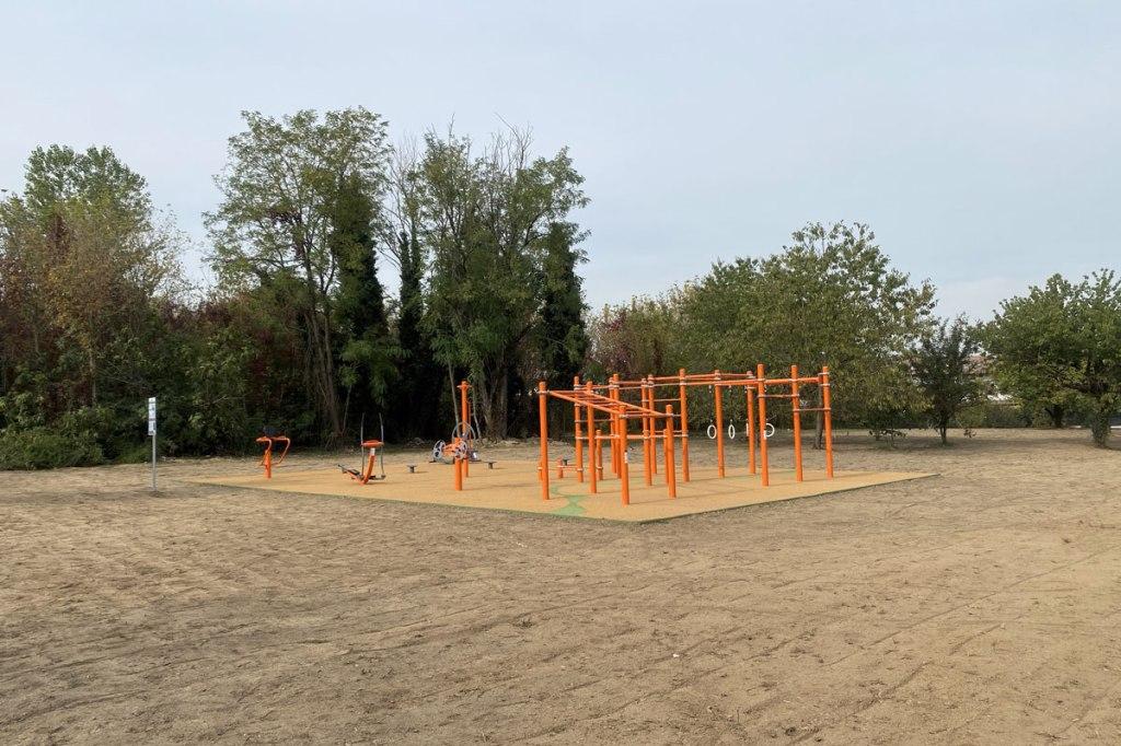attrezzature per praticare fitness all'aria aperte installate in un parco pubblico