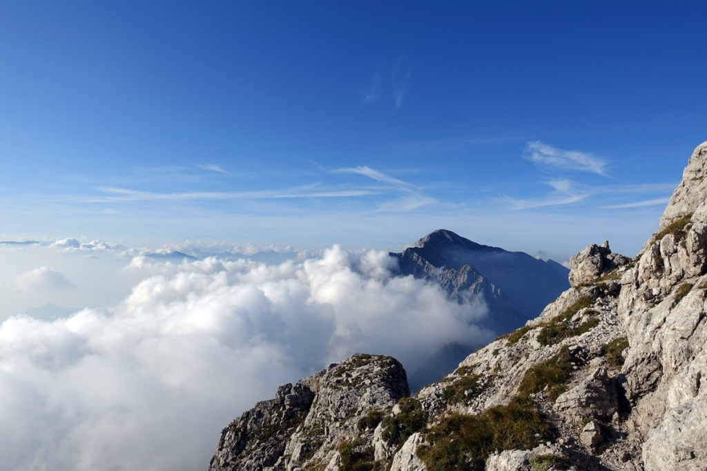panorama con nubi che coprono la valle e montagne in lontananza