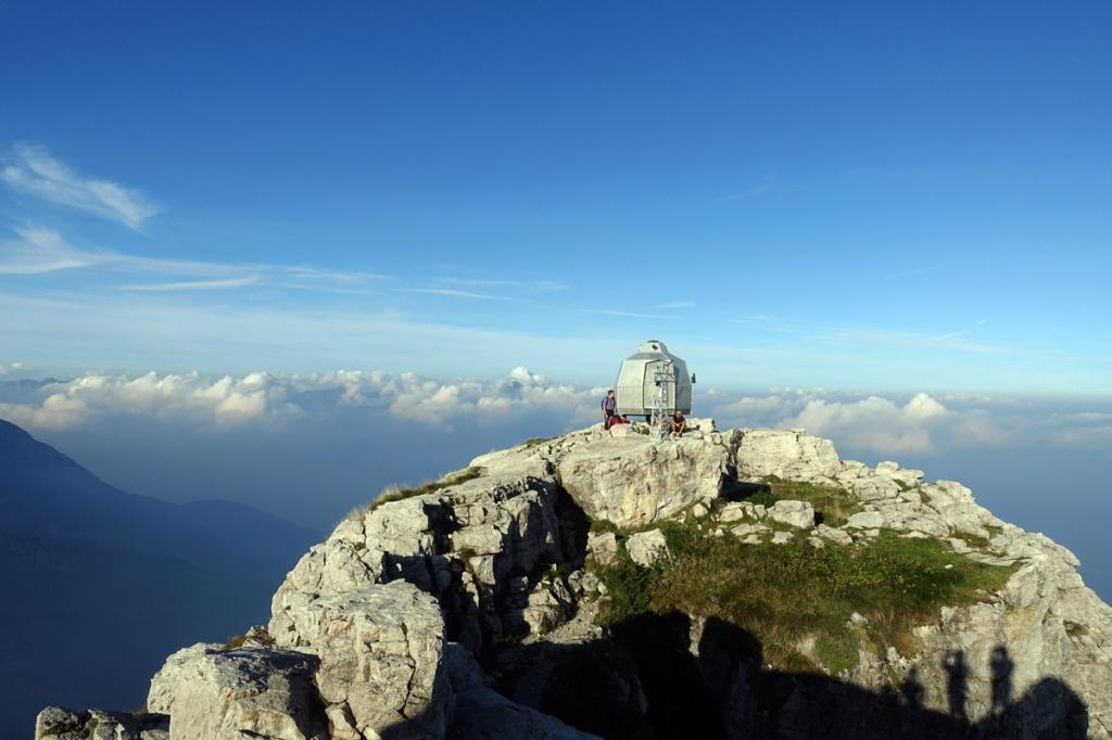 panorama di montagna con bivacco in vetta in lontananza nubi