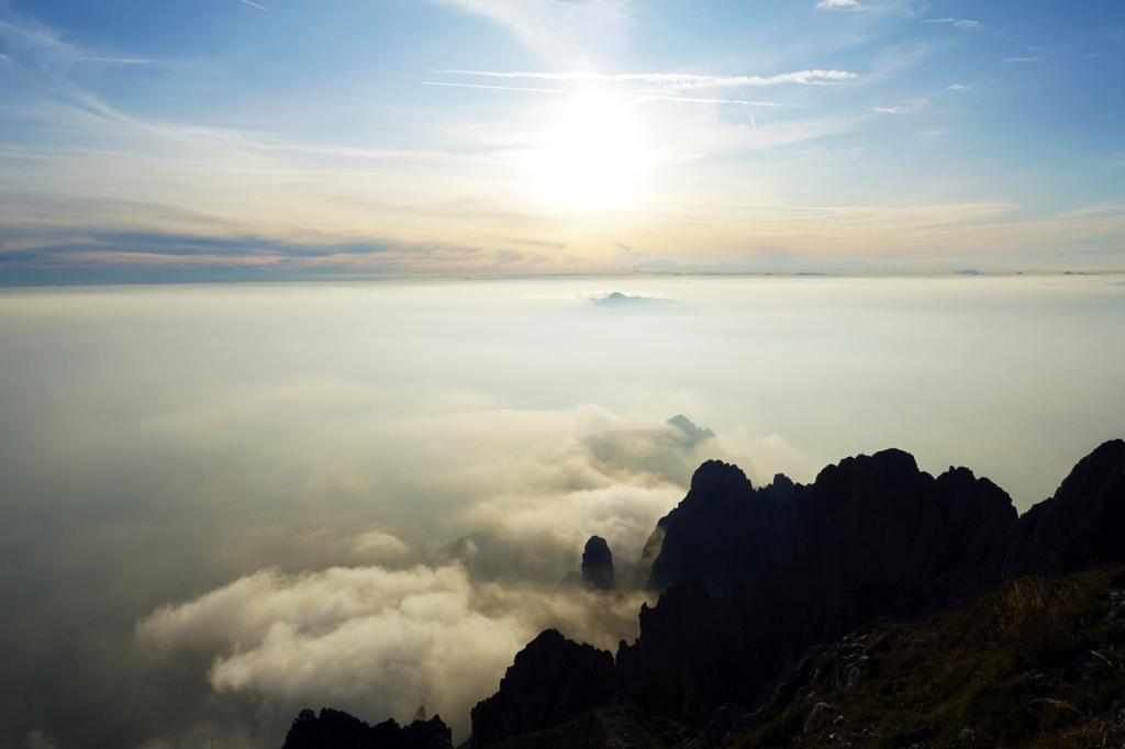 nuvole che coprono la valle e il lago