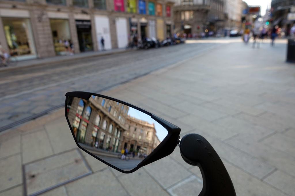 un palazzo riflesso nello specchietto retrovisore di una bicicletta