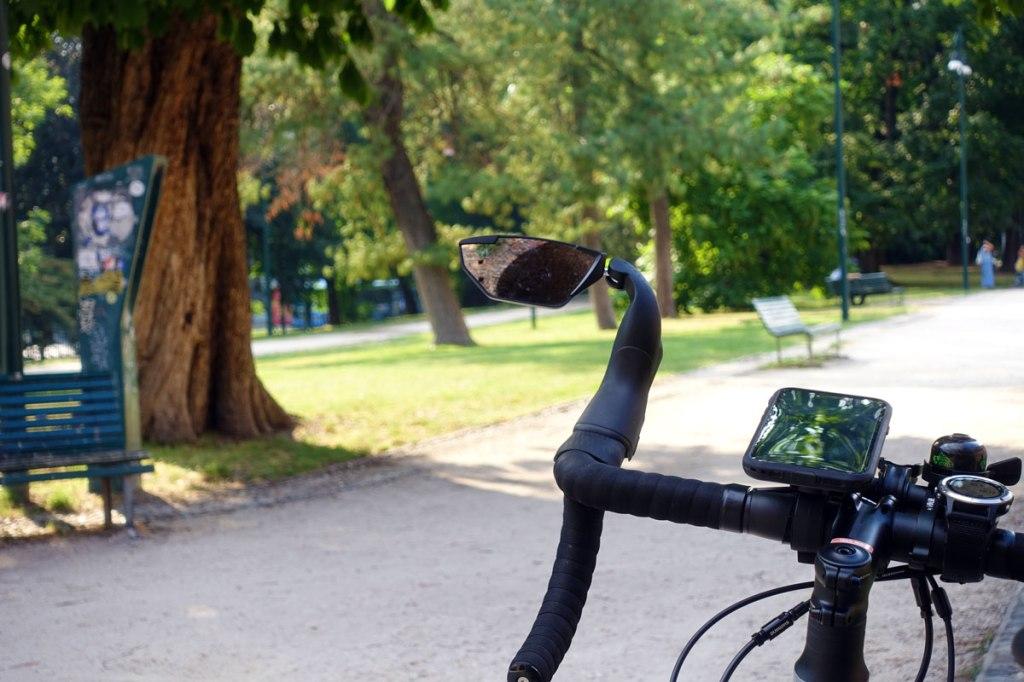 uno specchietto retrovisore per bicicletta fotografato in un parco milanese
