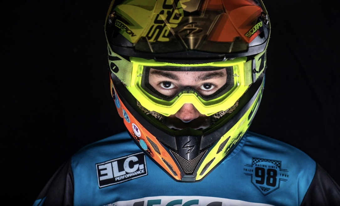 un pilota di motocross pronto per la gara