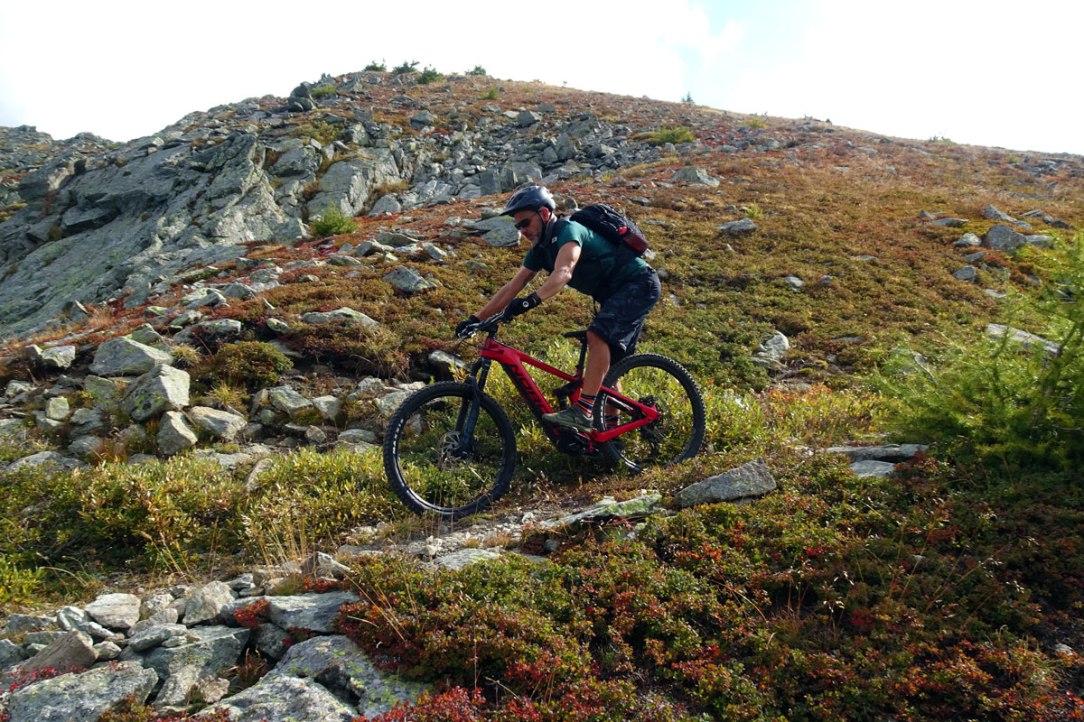 un biker affronta un sentiero in discesa sulla roccia