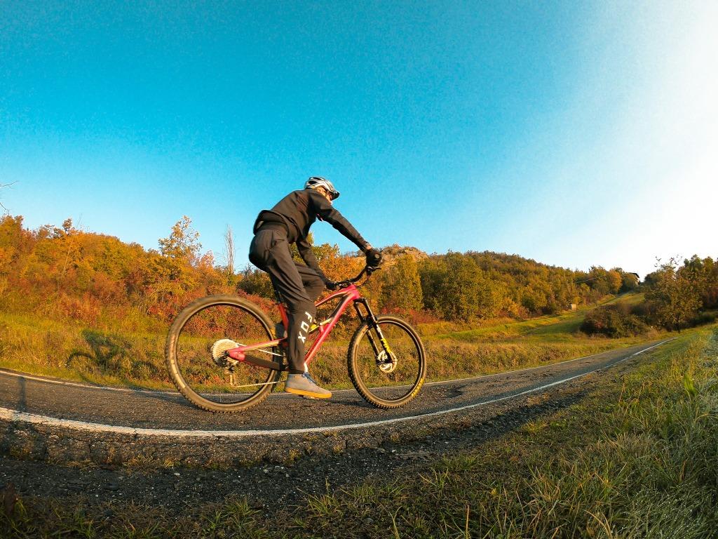 un ciclista una bicicletta percorre una pista ciclabile