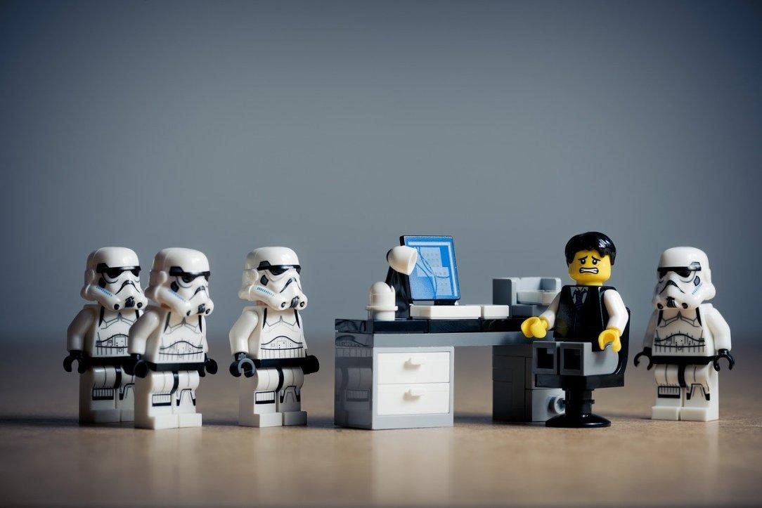 personaggi Star Wars lego e un impiegato in ufficio