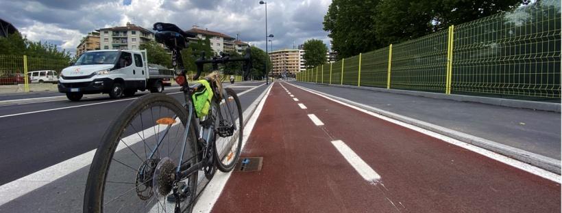 bicicletta su una pista ciclabile e un furgone sulla sede stradale