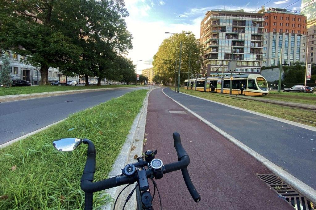 bicicletta su una delle nuove piste ciclabili di Milano e un tram