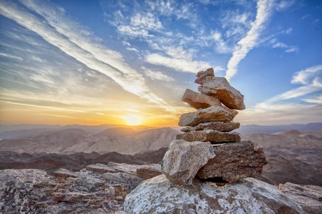 Ometto di pietre al tramonto