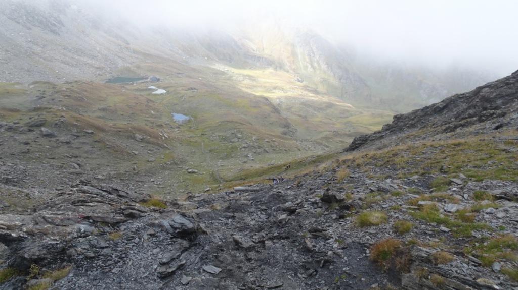 un laghetto di montagna verde alle pendici di un gruppo montuoso