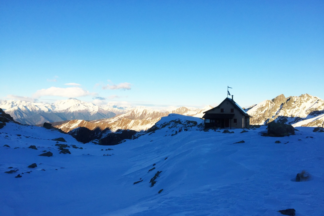 un rifugio in quota coperto dalla neve