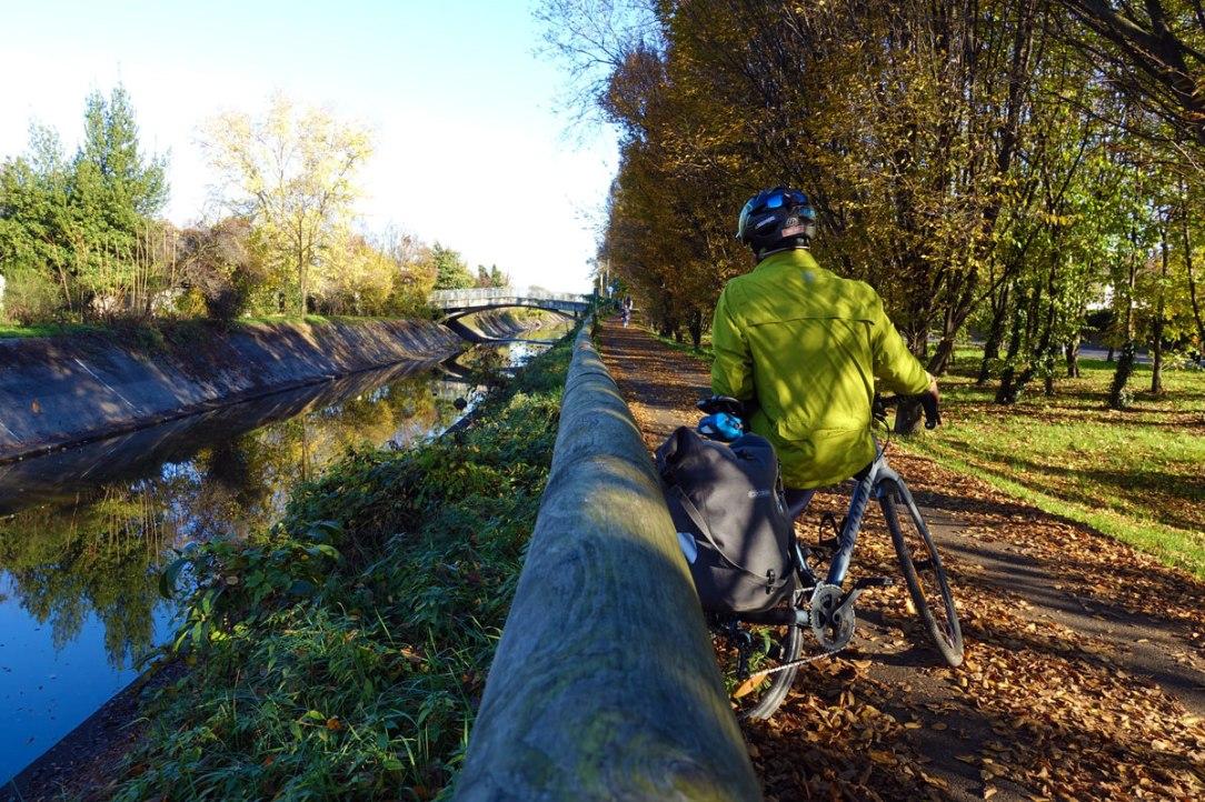 un ciclista fa una pausa durante una pedalata lungo il canale villoresi
