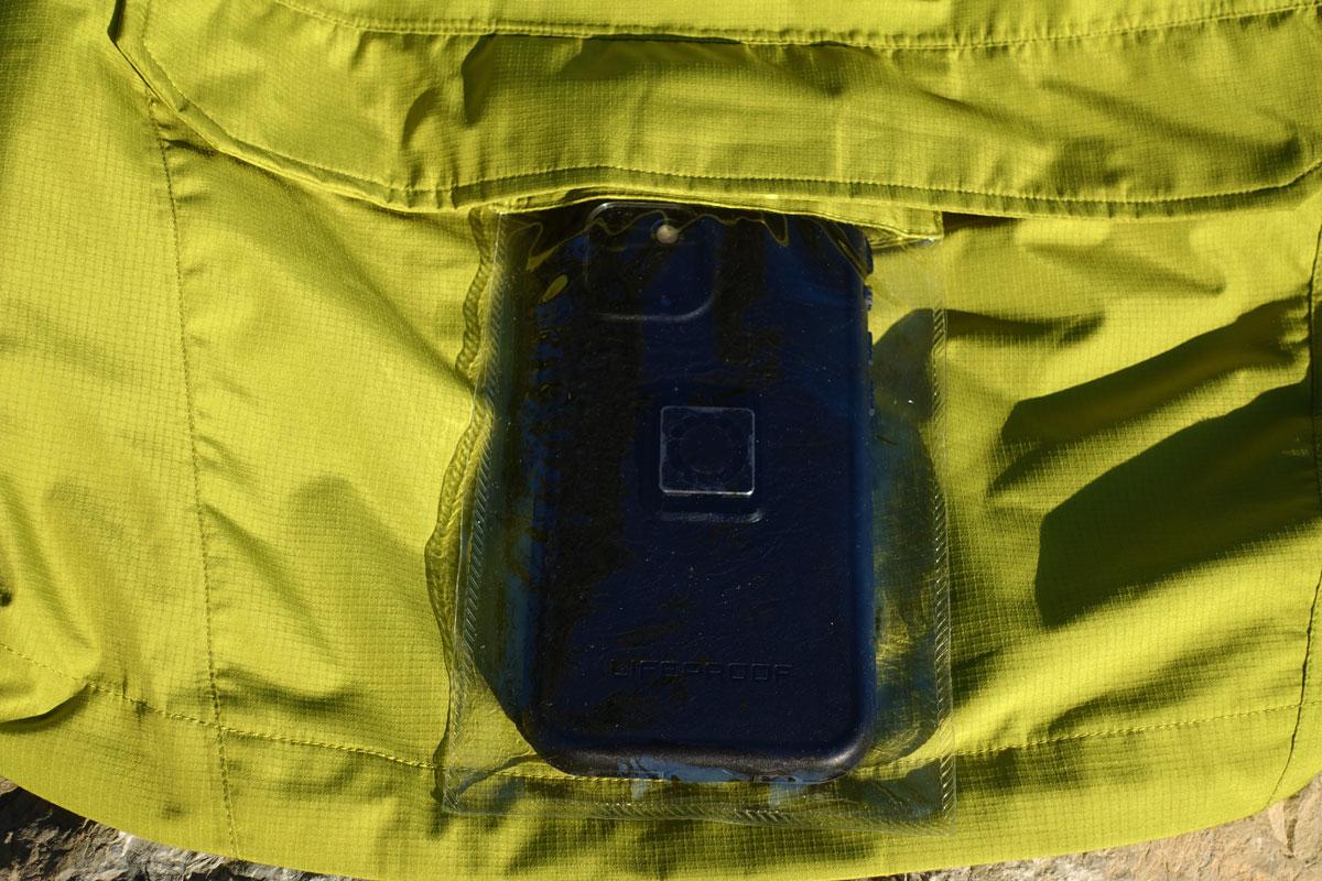 uno smartphone all'interno di una tasca trasparente