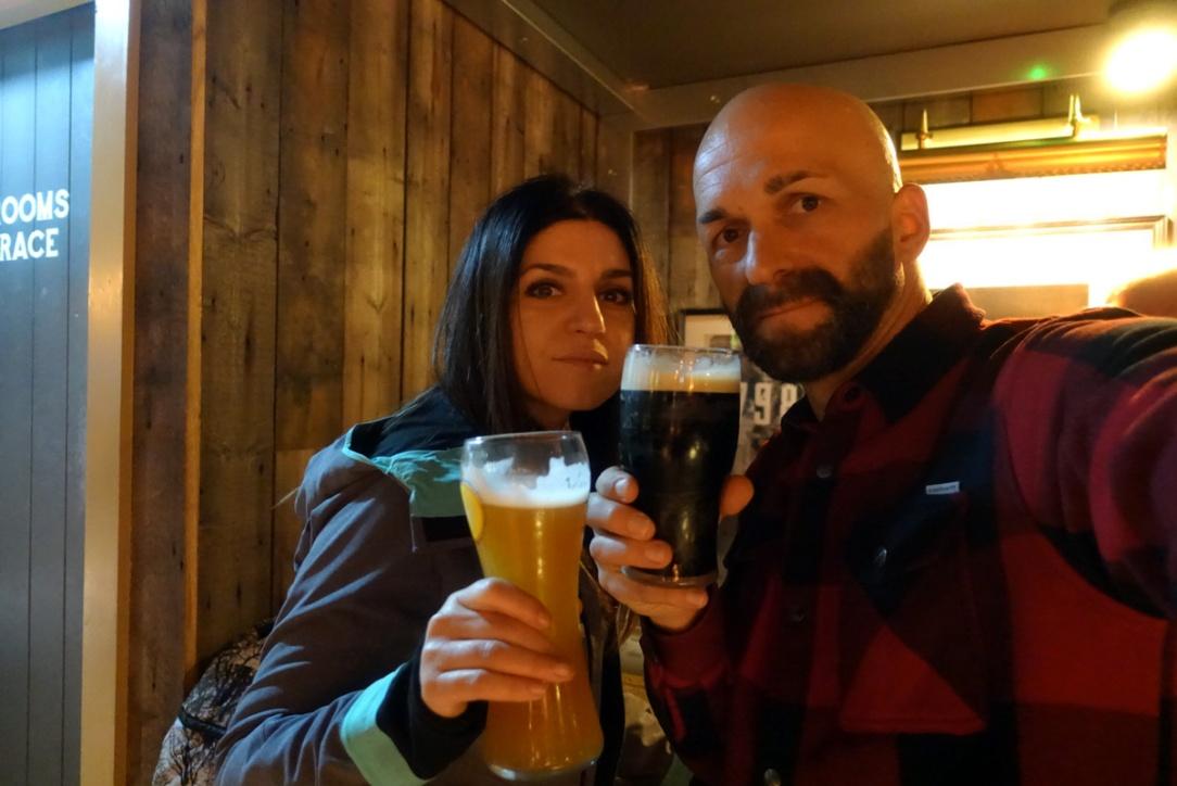 due ragazzi tengono una birra in mano in segno di brindisi