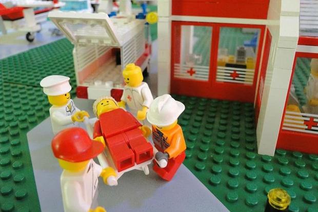 Lego portano via in barella un infortunato