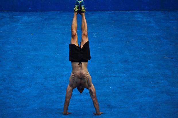 Atleta che svolge esercizio fisico a corpo libero