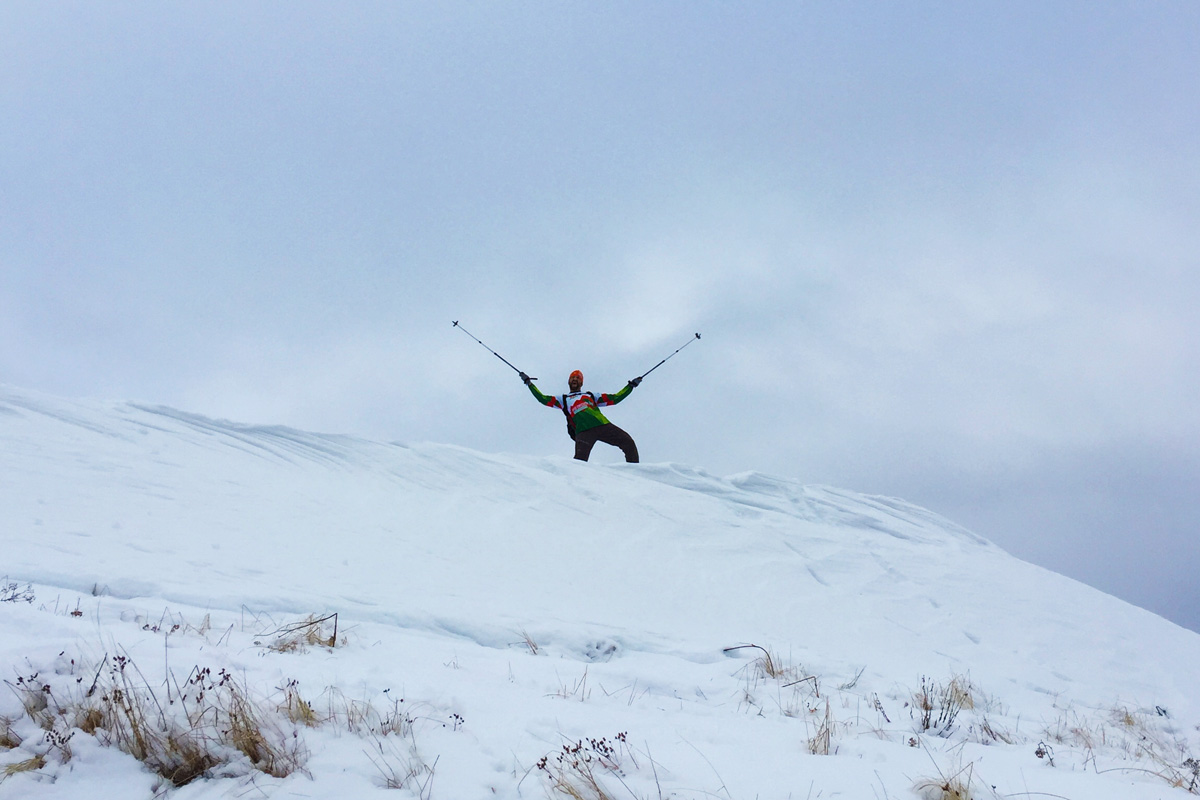 escursionista, neve, cielo nuvoloso