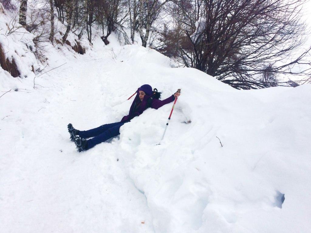 neve ragazza escursionista alberi