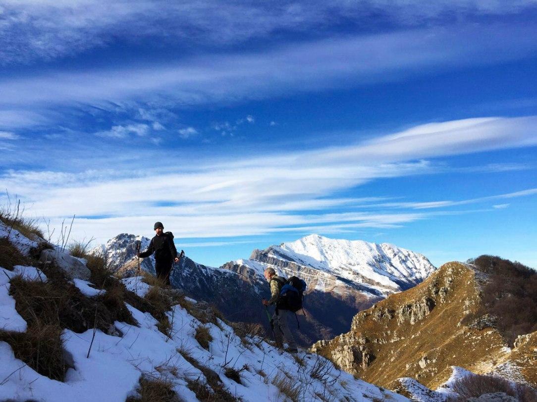 due escursionisti in salita su un sentiero di montagna