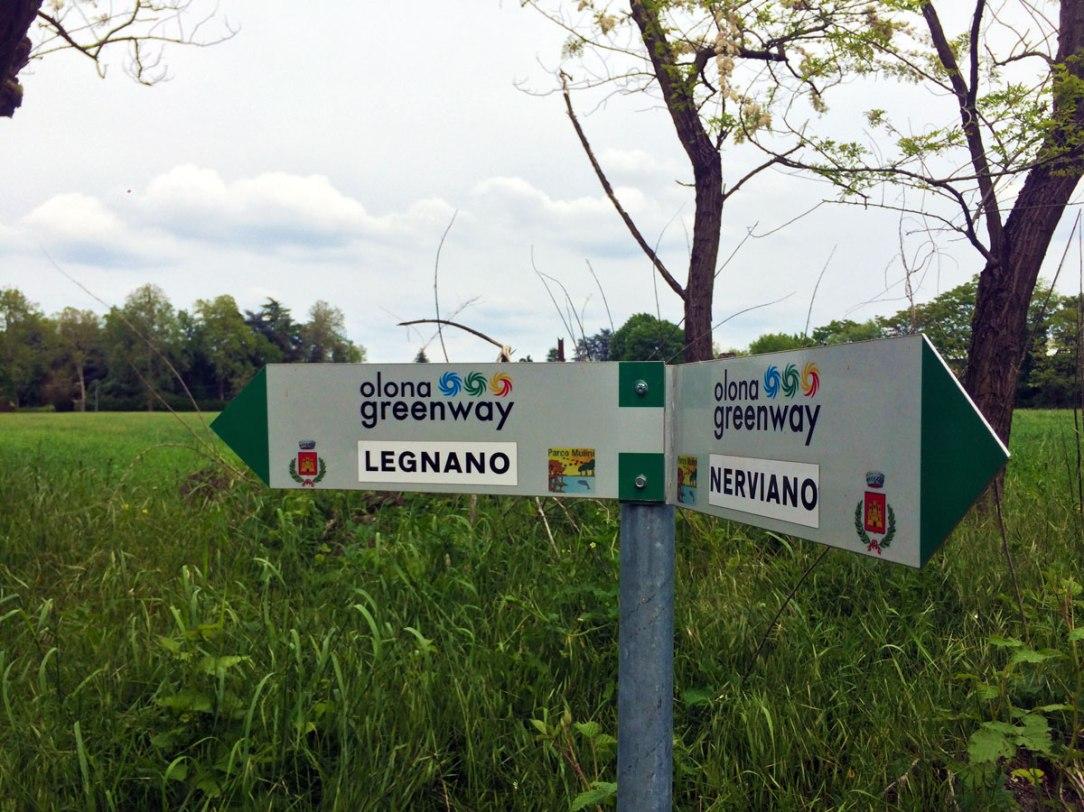 due cartelli indicano il percorso dellìOlona Greenway
