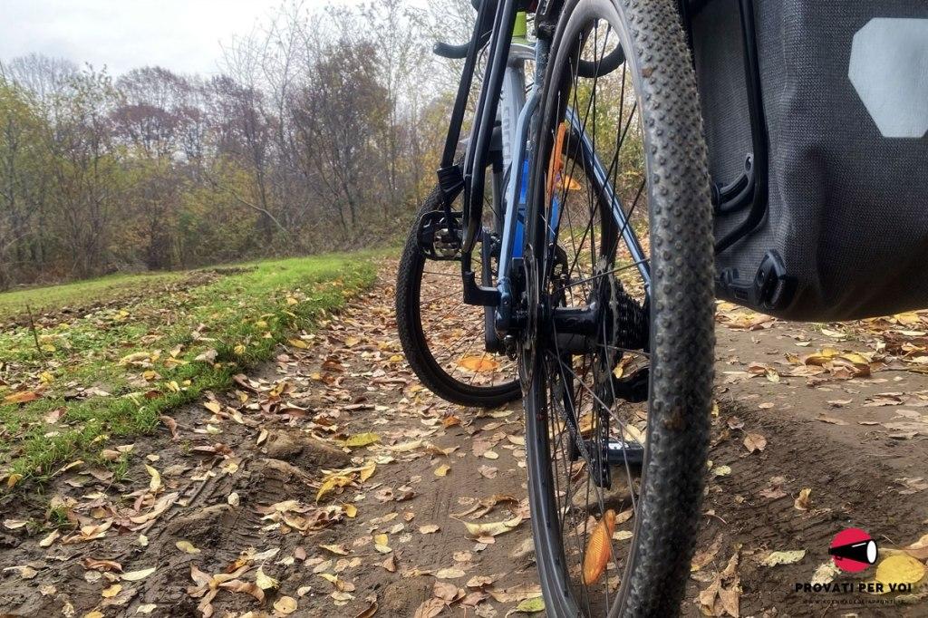 una bicicletta gravel bike su una strada campestre