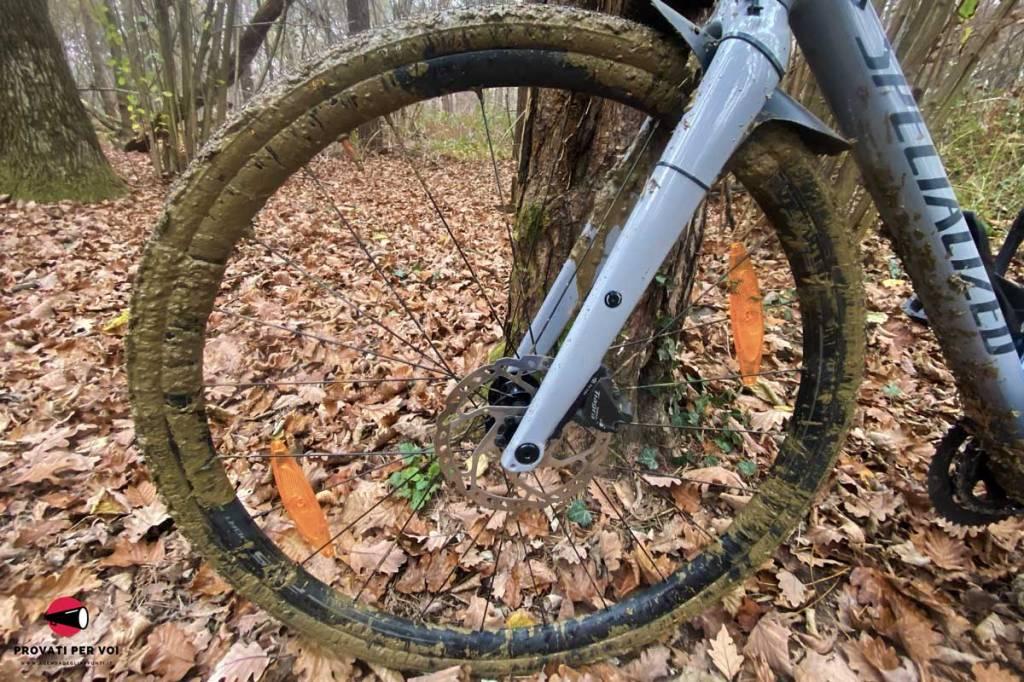uno pneumatico per bicicletta coperto di fango