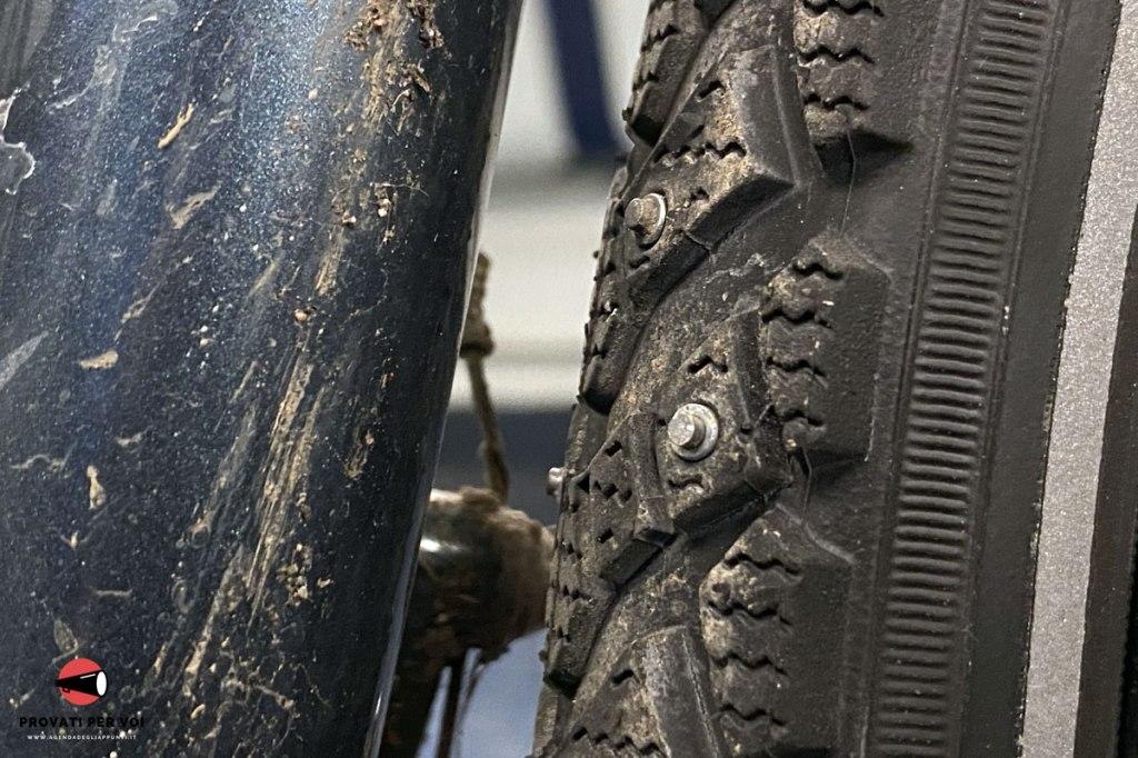 primo piano sul battistrada invernale chiodato di uno pneumatico per bicicletta