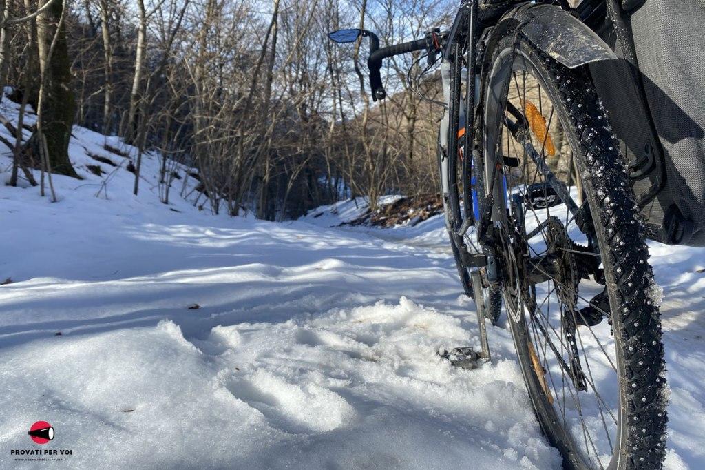 una bicicletta sulla neve dei sentieri del Parco Regionale del Campo dei Fiori di Varese