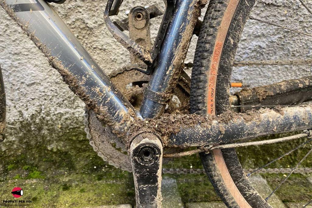 primo piano sul movimento centrale di una bicicletta gravel bike