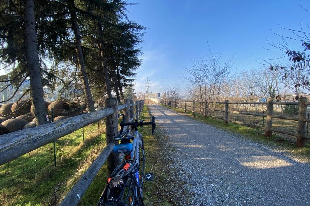 una bicicletta lungo una strada sterrata