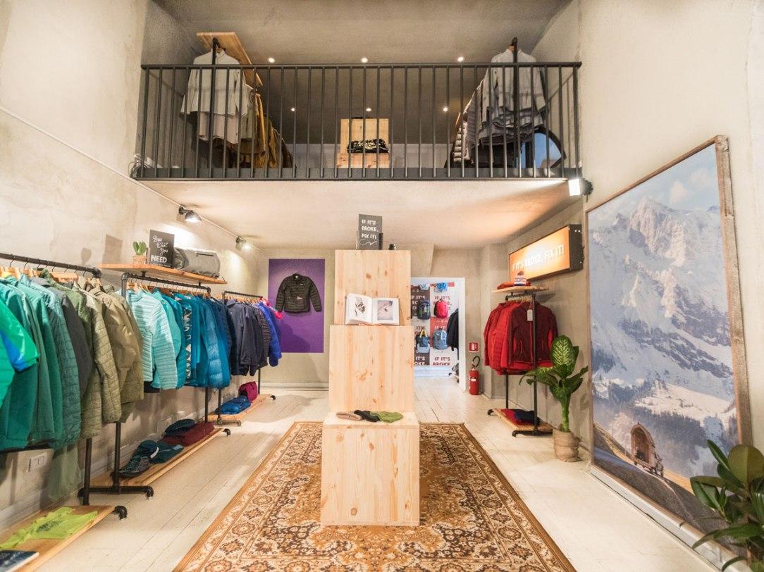 l'interno di un negozio di abbigliamento