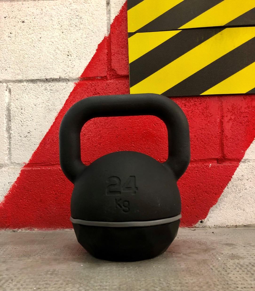 un peso kettlebell nero da 24 kg