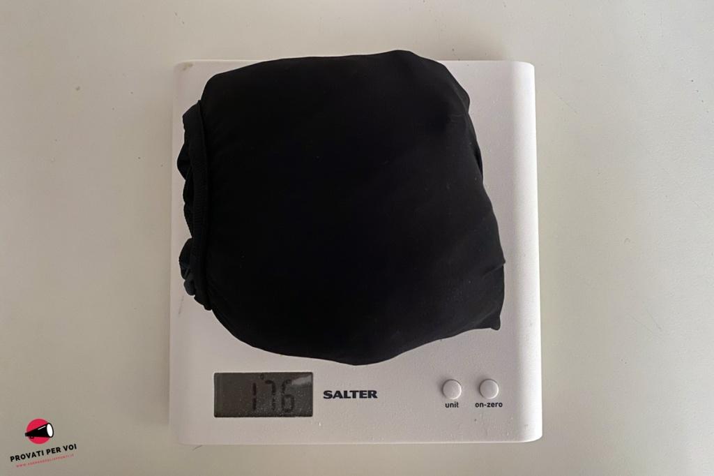 Una giacca da bicicletta raggomitolata e messa su una bilancia digitale per verificarne il peso esatto