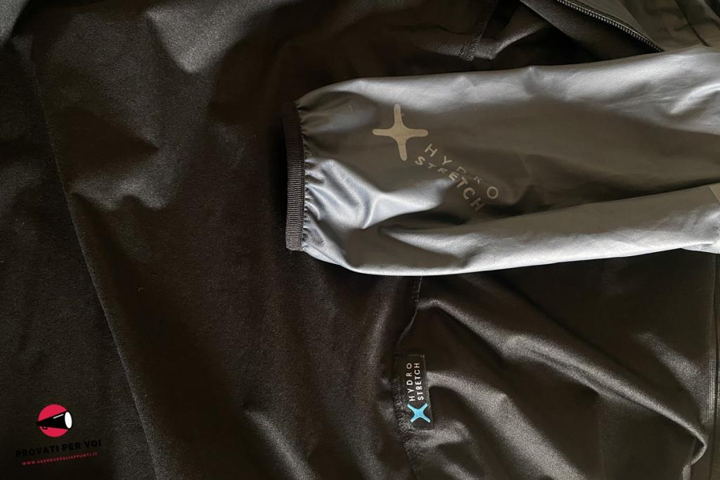 primo piano sul tessuto interno e sulla lamina esterna di una giacca bici antipioggia ed antivento