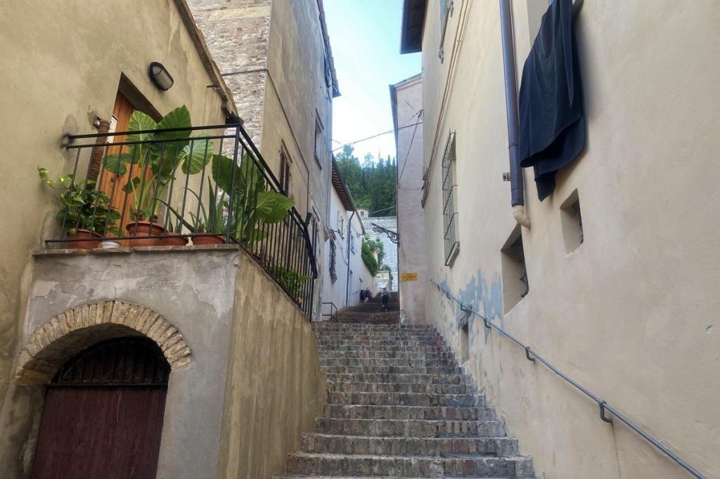 scale in pietra tra le case di un borgo